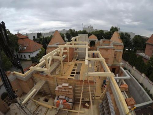 montáž krovu hlavní lodi domu, pohled ze severu na jih