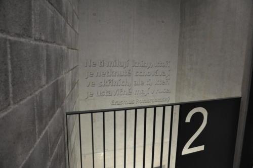 reliéfní písmo v monolitickém betonu