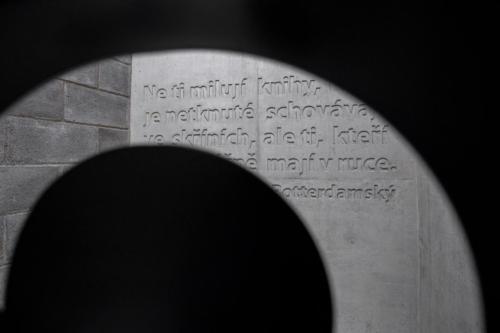 reliéfni písmo v monolitickém betonu 1
